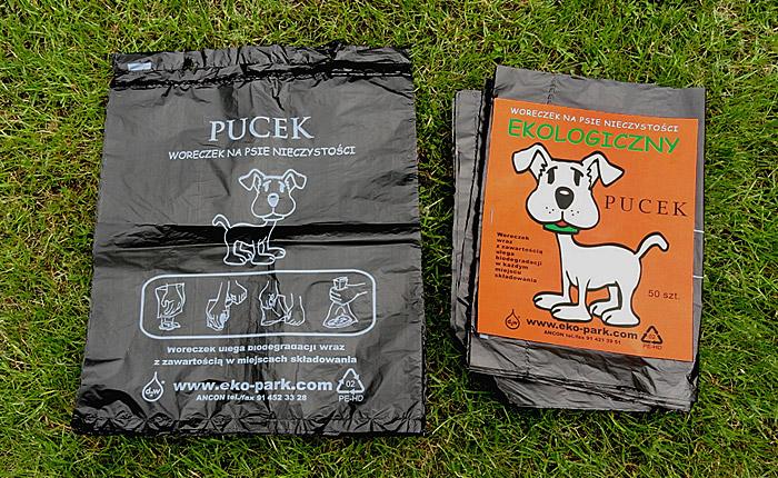 Woreczki na psie odchody na trawie pies